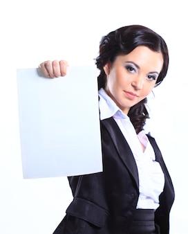 Felice sorridente giovane imprenditrice tenendo cartello bianco. isolato su bianco