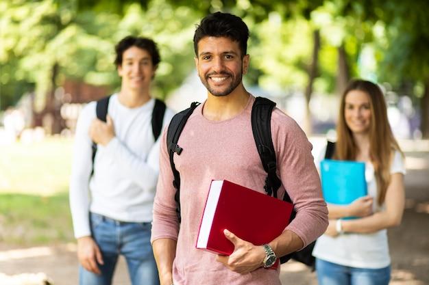 Studenti felici all'aperto che sorridono con fiducia