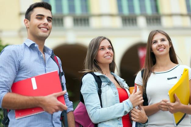 Sorridere all'aperto degli studenti felici con confidenza