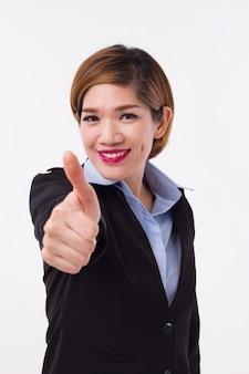 Donna di affari felice, riuscita e sorridente che dà approvazione del pollice in su