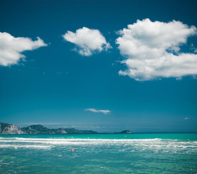 Felice giornata estiva, concetto di viaggio - mare e cielo blu, immagine luminosa