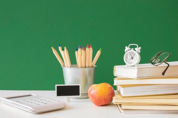 Concetto di scrivania del giorno dell'insegnante felice