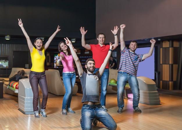Squadra felice nel bowling