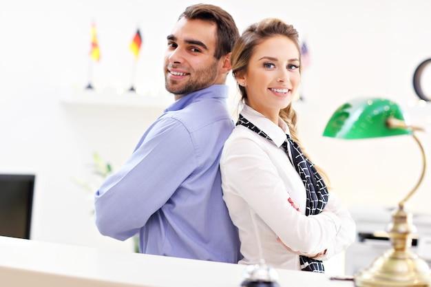 Felice team di receptionist dell'hotel