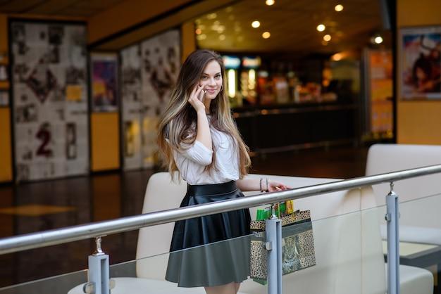 Felice donna adolescente tenendo i sacchetti con gli acquisti