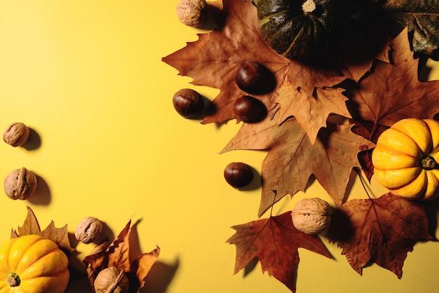 Felice giorno del ringraziamento con foglie di acero, noci e zucca