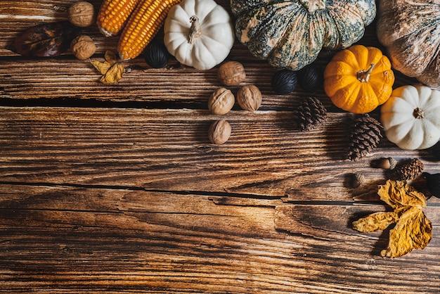 Felice giorno del ringraziamento con zucca e noci sulla tavola di legno