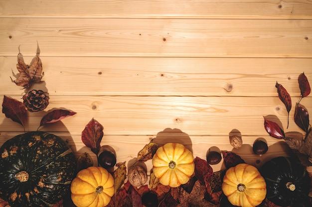 Felice giorno del ringraziamento con zucca e noci su legno