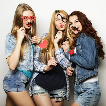 Tempo felice. migliori amiche di ragazze hipster sexy alla moda pronte per la festa.