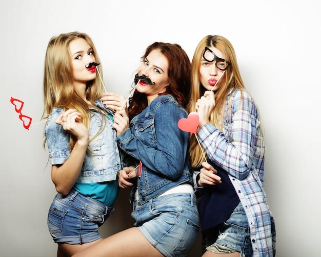 Tempo felice. migliori amiche di ragazze hipster sexy alla moda pronte per la festa. Foto Premium