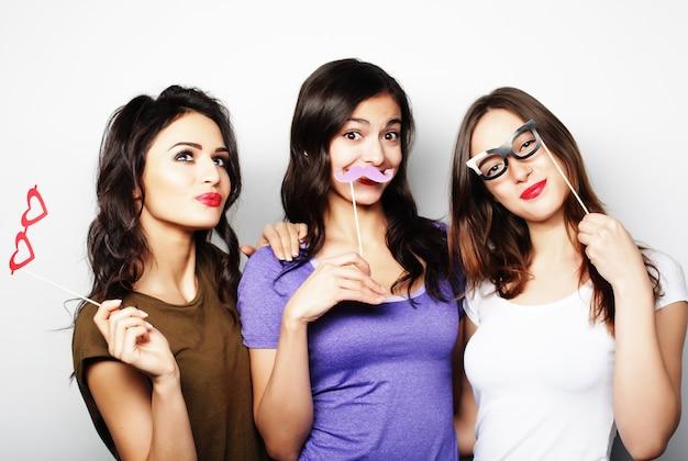 Tempo felice. le migliori amiche delle ragazze hipster sexy alla moda pronte per la festa.