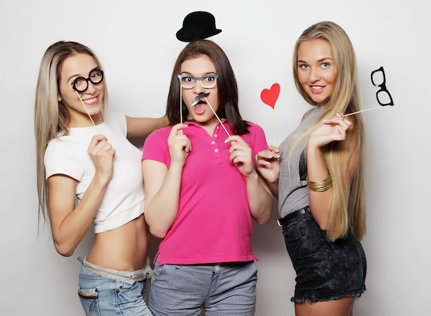 Tempo felice. migliori amici di ragazze alla moda sexy hipster pronti per la festa.