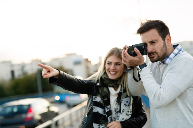Felice coppia di turisti innamorati che viaggiano e si uniscono