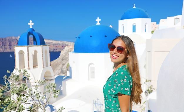 Donna turistica felice che gode del viaggio in grecia