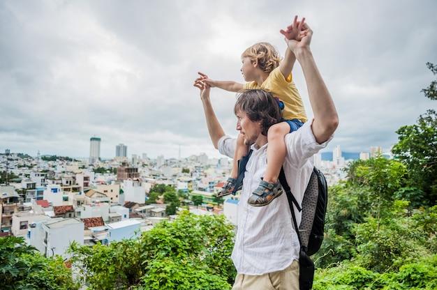 Turisti felici papà e figlio nella pagoda di longson