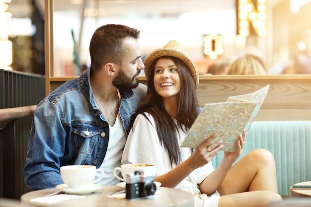 Turisti felici che fanno una pausa al bar