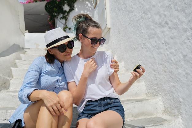 Madre di turisti felici e figlia adolescente che abbracciano insieme, prendono la registrazione video selfie sulla fotocamera