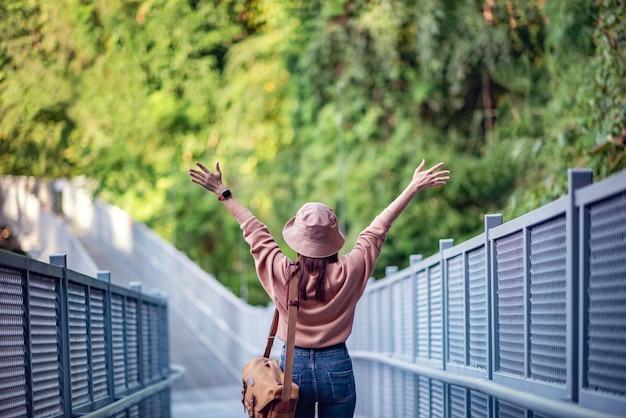 Viaggiatore felice, goditi il viaggio e pronto per l'avventura Foto Premium