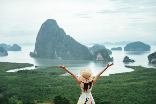 Viaggiatore felice, goditi il viaggio e pronto per l'avventura