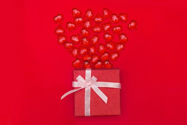 Buon piatto di san valentino. confezione regalo presente vista dall'alto, cuori sul colore giallo dello sfondo di sfondo anno 2021. cartolina d'auguri di san valentino o capodanno. panton