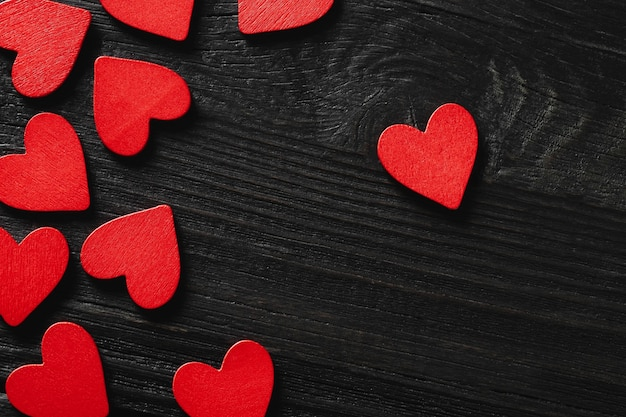 Cuori di san valentino felice su fondo di legno. concetto di amore per la festa della mamma e il giorno di san valentino.