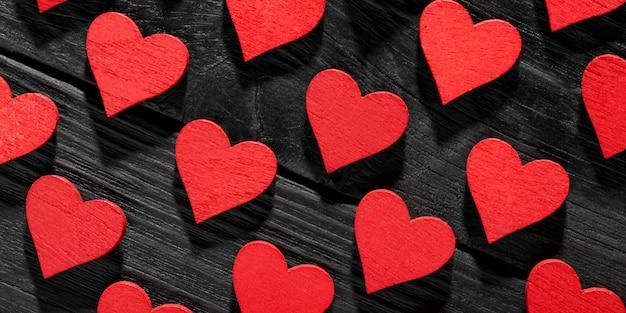 Cuori di san valentino felice su fondo di legno