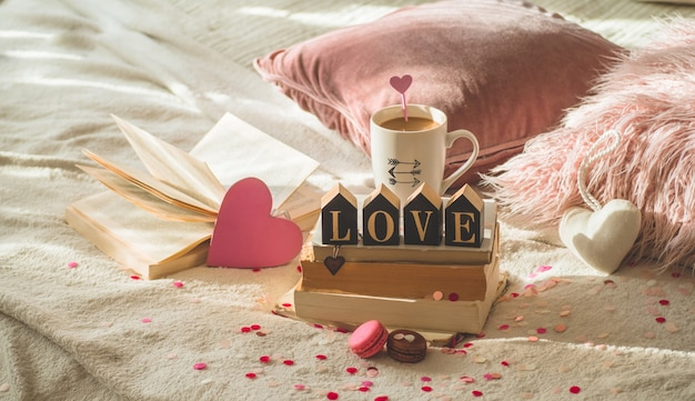 Cartolina di san valentino felice. concetto di amore per la festa della mamma e il giorno di san valentino. cuori e libri con una tazza di caffè. carta di san valentino con spazio per il testo