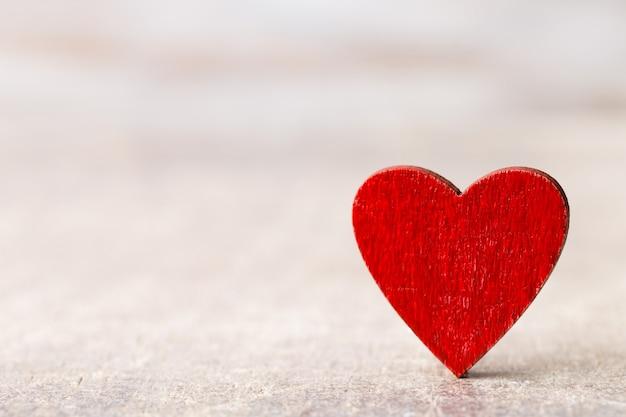 Buon san valentino. cuore rosso su un tavolo di legno.