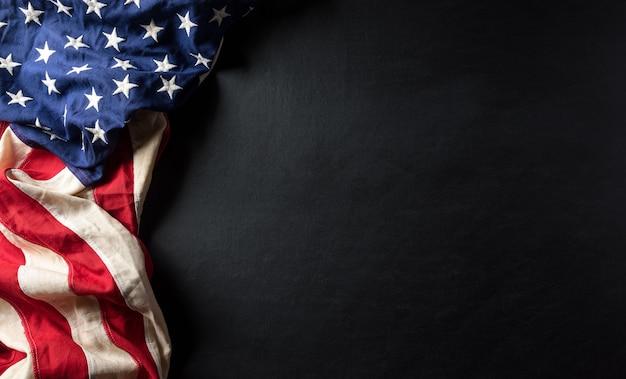 Felice giorno dei veterani concetto. bandiere americane contro uno sfondo di lavagna