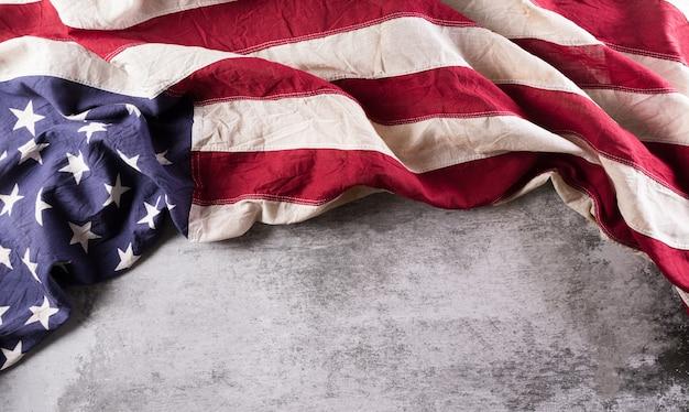 Felice giorno dei veterani concetto. bandiere americane su uno sfondo di pietra scura. 11 novembre