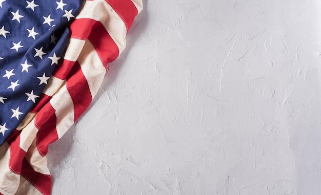 Felice giorno dei veterani concetto. bandiere americane su uno sfondo di pietra bianca. 11 novembre