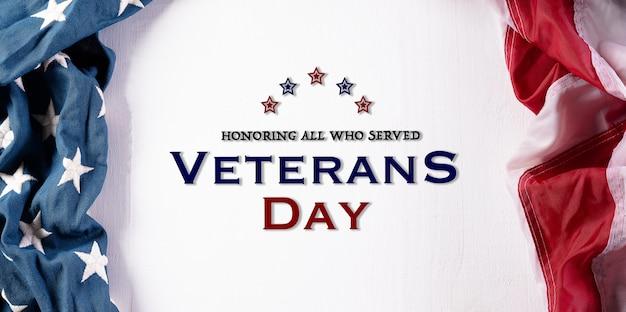 Felice giorno dei veterani concetto. bandiere americane su sfondo bianco in legno