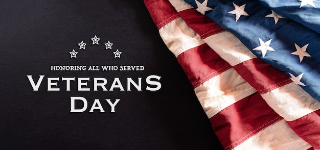 Felice giorno dei veterani concetto. bandiere americane d'epoca su sfondo lavagna