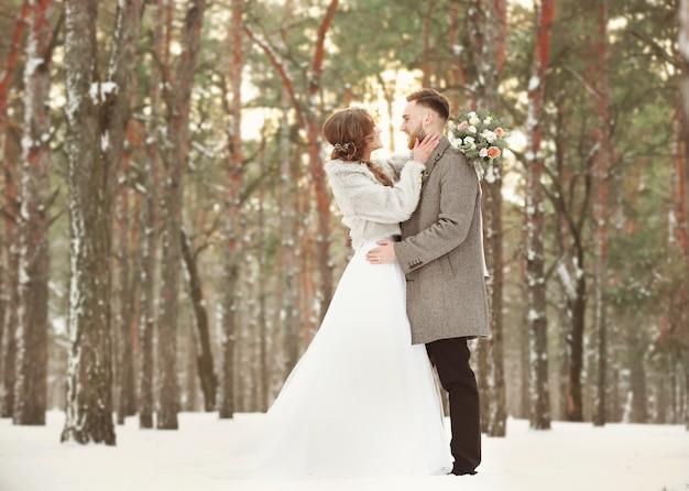 Felice sposi all'aperto il giorno d'inverno