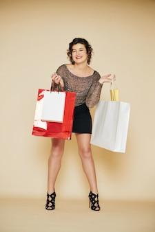 Donna felice dopo la vendita di natale