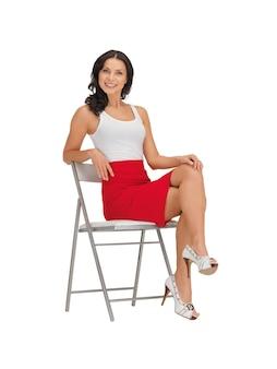 Donna felice in maglietta bianca vuota su una sedia