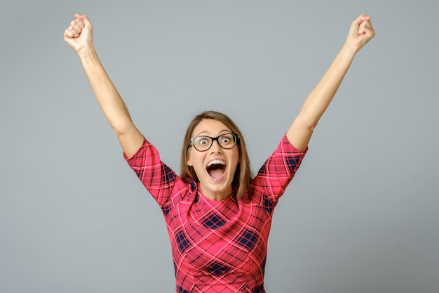 Donna felice che celebra il suo successo. braccia alzate