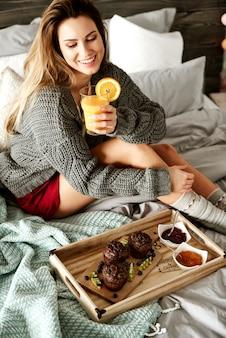 Donna felice che fa colazione al mattino