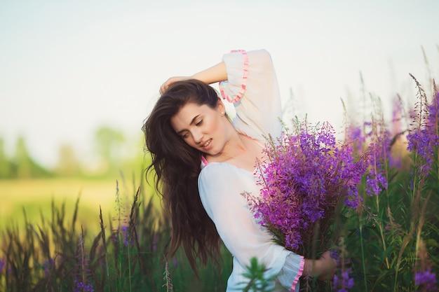 Donna felice nel campo, in posa