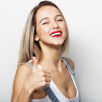 Donna felice che dà pollice in su. foto di stile di vita.