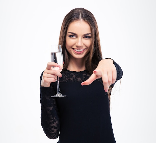 Donna felice che tiene vetro con champagne