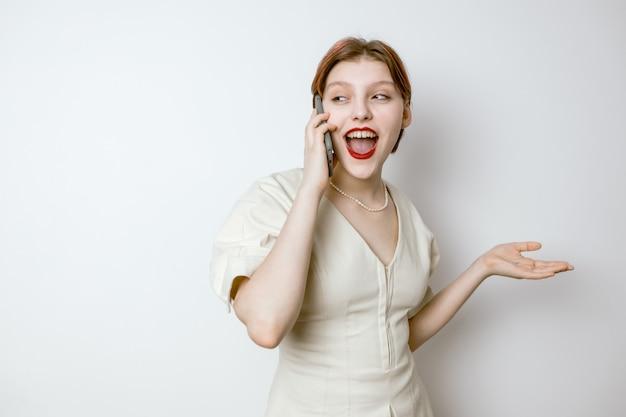 Donna felice che impara buone notizie sul suo cellulare