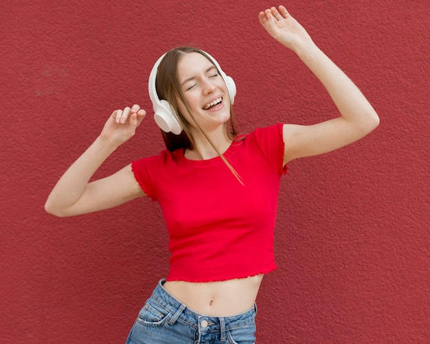 Donna felice che ascolta la musica