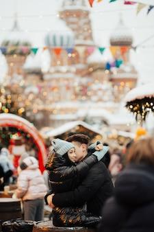 Felice donna e uomo nel mercatino di natale