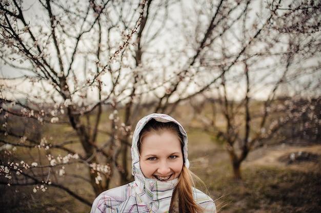 Donna felice sulla natura