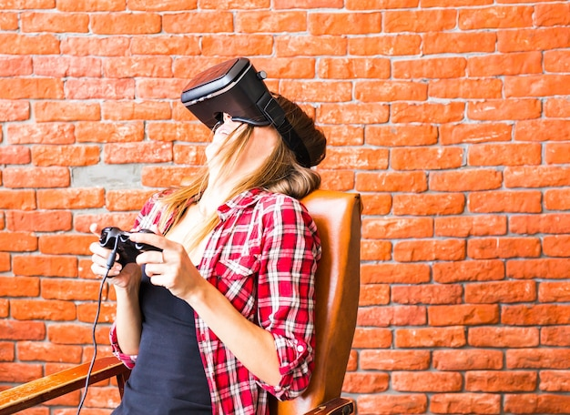 Donna felice che gioca con le cuffie da realtà virtuale.