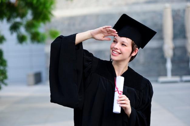 Ritratto di donna felice sul suo sorridere giorno della laurea Foto Premium