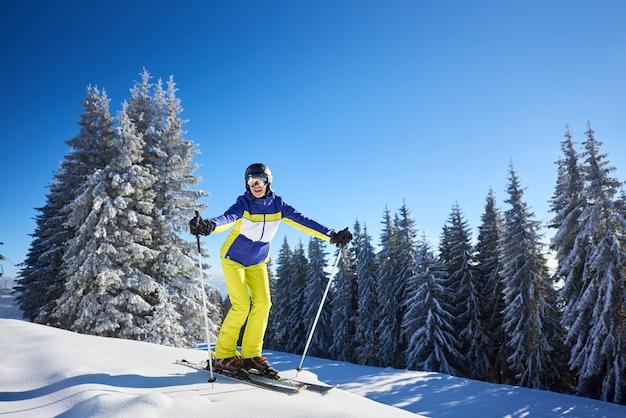 Donna felice che propone sugli sci prima di sciare