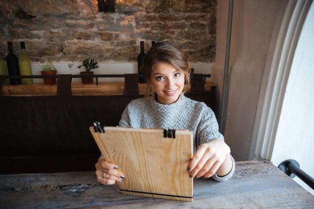 Menu di lettura donna felice nel ristorante