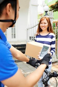 Donna felice che riceve scatola con pranzo